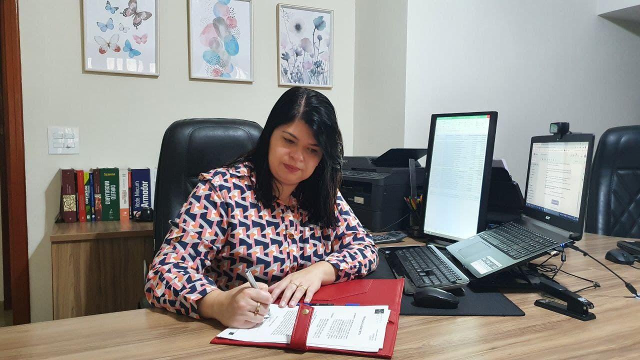 Advogada Marcela Fregatti assinando contrato